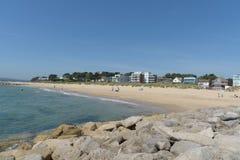 Playa de los bancos de arena con los apartamentos Foto de archivo libre de regalías