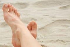 Playa de los pies de la mujer Foto de archivo libre de regalías