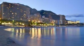 Playa de Mónaco en la noche Imagen de archivo libre de regalías