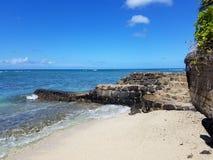 Playa de Makalei con traslapar de las ondas, napakaa, y una pared de la roca de la lava que embarcadero en el océano imagen de archivo