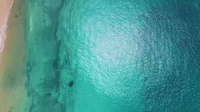 Playa de Makua en la isla de Oahu en el abejón de Hawaii derecho abajo almacen de video