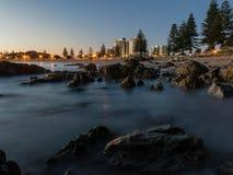 Playa de Manganui del soporte en la salida del sol Imagen de archivo libre de regalías