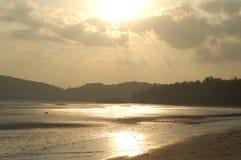 Playa de marea en la puesta del sol Fotos de archivo libres de regalías
