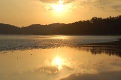 Playa de marea en la puesta del sol Imagen de archivo