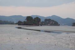 Playa de marea en la puesta del sol Imagenes de archivo