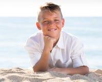 Playa de mentira del muchacho del retrato Foto de archivo libre de regalías