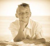 Playa de mentira del muchacho del retrato Imágenes de archivo libres de regalías
