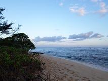 Playa de Mokuleia del campo en la oscuridad fotos de archivo
