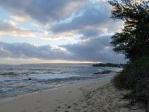 Playa de Mokuleia del campo en la oscuridad imagen de archivo