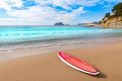 Playa de Moraira con sufrboard de la paleta en Alicante Foto de archivo libre de regalías