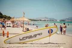 Playa de Muro Tablero del salvavidas en la playa de la muchedumbre fotografía de archivo libre de regalías