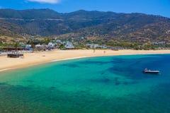 Playa de Mylopotas, isla del IOS, Cícladas, egeas, Grecia fotos de archivo libres de regalías
