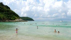 Playa de Nai Harn, al sur de la isla de Phuket almacen de video