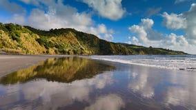 Playa de Ngarunui, popular para el deporte recreativo en Nueva Zelanda fotografía de archivo