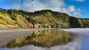 Playa de Ngarunui, popular para recreativo en Nueva Zelanda imagenes de archivo