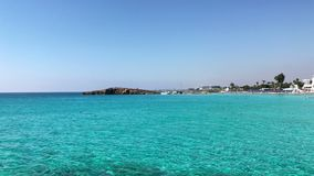 Playa de Nissi cerca de Ayia Napa en Cypris almacen de video