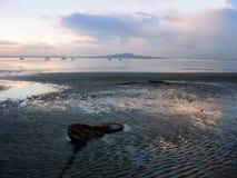 Playa de Nueva Zelandia en la puesta del sol Imagen de archivo