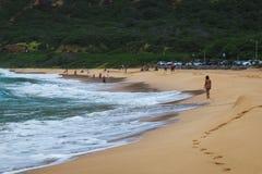 Playa de Oahu con las ondas grandes y mucha gente en la arena foto de archivo libre de regalías