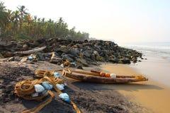 Playa de Odayam con el barco de los fishermans y una red La India Varkala Kerala Imagenes de archivo