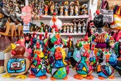 Playa de Oporto de Galinhas, Ipojuca, Pernambuco, el Brasil - septiembre de 2018: Estatuas del arte del pollo foto de archivo