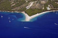 Playa de oro del cabo con los viñedos en la parte posterior Imagenes de archivo