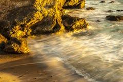 Playa de oro y agua suave Imagenes de archivo