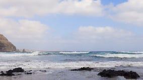 Playa de Playa de Orzola en Lanzarote, islas Canarias almacen de metraje de vídeo