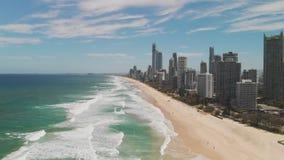 Playa de Paradise de las personas que practica surf de la perspectiva aérea del abejón, Gold Coast, Queensland, Australia metrajes