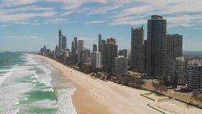 Playa de Paradise de las personas que practica surf de la perspectiva aérea del abejón, Gold Coast, Queensland, Australia almacen de metraje de vídeo