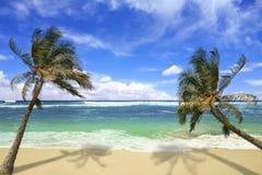 Playa de Pardise de la isla en Hawaii imagenes de archivo