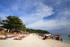 Playa de Pattaya de la visita de la gente en la isla de Lipe Foto de archivo