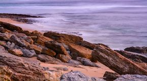 Playa de Pedra Branca en el pueblo de Ericeira, Portugal Foto de archivo libre de regalías