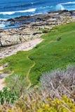 Playa de piedra con las rocas Fotografía de archivo libre de regalías