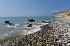 Playa de piedra del guijarro y mar tropical hermoso Vacaciones de verano c Fotografía de archivo libre de regalías