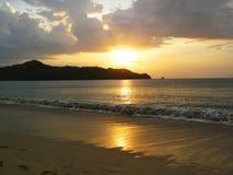 Playa de Playa Conchal en la puesta del sol Fotografía de archivo libre de regalías