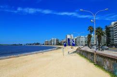 Playa de Pocitos a lo largo del banco de Rio de la Plata en Montevide Imagenes de archivo