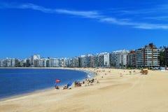 Playa de Pocitos a lo largo del banco de Rio de la Plata en Montevide Imagen de archivo libre de regalías