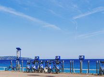 Playa de Promenade des Anglais en Niza con las bicis azules Fotos de archivo libres de regalías