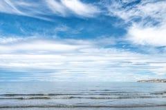 Playa de Puerto Madryn, sol, ondas y arena, día hermoso imagenes de archivo