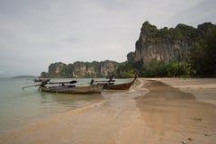 Playa de Railay, Tailandia - 7 de mayo de 2016: Barcos de madera en la playa de Railay, Tailandia fotografía de archivo