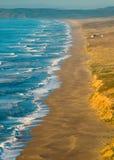 Playa de Reyes de la punta en la puesta del sol fotos de archivo