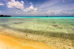 Playa de Sandy con aguas de la turquesa Imagen de archivo