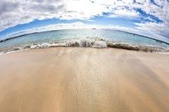 Playa de Sandy con el cielo Foto de archivo libre de regalías