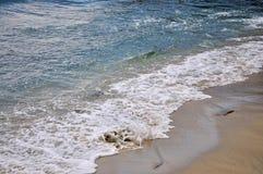 Playa de Sandy con las ondas que hacen espuma Imagen de archivo