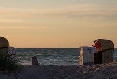 Playa de Sandy con las sillas de playa Foto de archivo libre de regalías