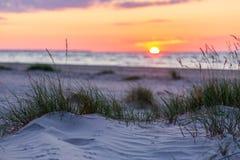 Playa de Sandy con puesta del sol en fondo Fotografía de archivo