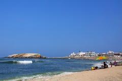 Playa de Sandy de Punta Hermosa en Perú Fotos de archivo