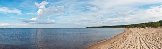 Playa de Sandy del lago ladoga Fotografía de archivo