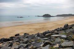 Playa de Sandy en el canal inglés en Bretaña Imagen de archivo libre de regalías