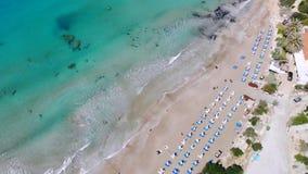 Playa de Sandy en el mar Mediterr?neo cristalino, visi?n a?rea, Chipre almacen de video